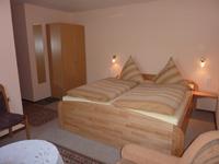 helles Doppelzimmer mit Dusche und WC